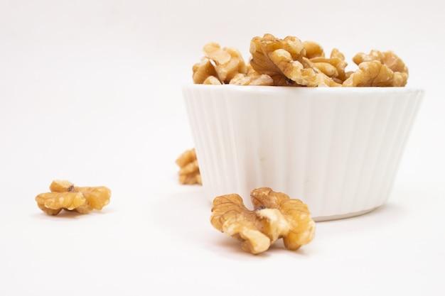 Kleine weiße schüssel voller nüsse