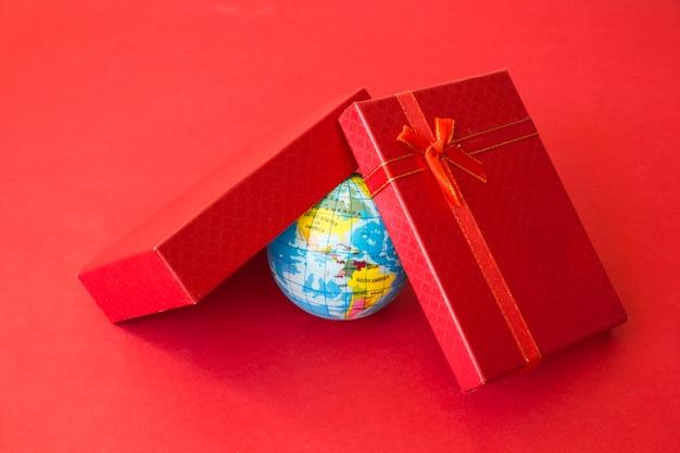 Kleine weltkarte unter der geschenkbox