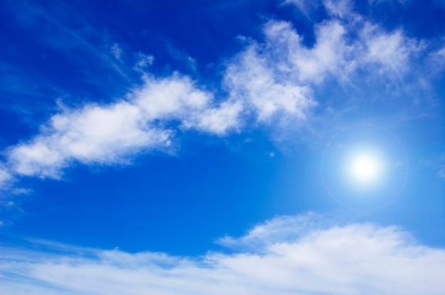 Kleine wolken mit der sonne