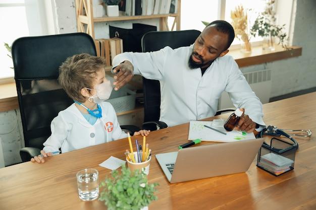 Kleiner arzt beim besprechen, studieren mit älterem kollegen.