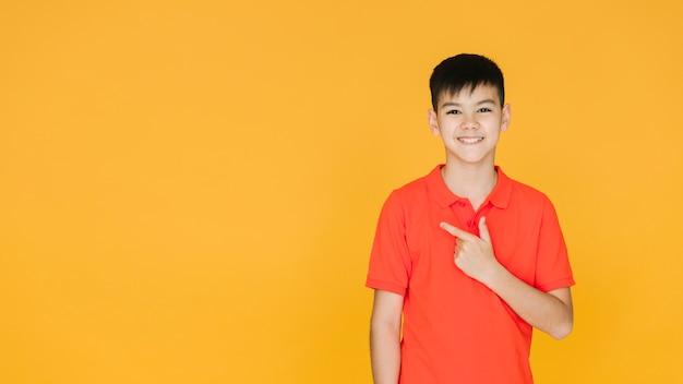 Kleiner asiatischer junge, der reizend schaut