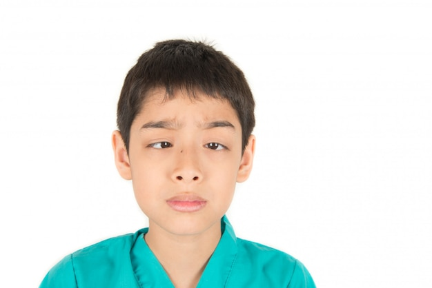 Kleiner asiatischer junge, der spaß macht, multi gefühle gegenüberzustellen