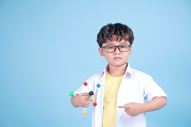 Kleiner asiatischer junge lear wissenschaft mit weißer bluse