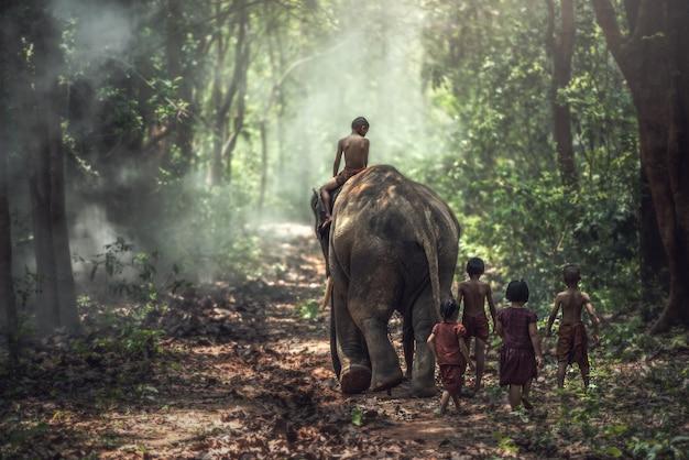 Kleiner asiatischer junge und mädchen, landschaft in thailand