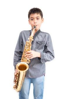 Kleiner asiatischer musikerjunge, der an der turnhalle spielt