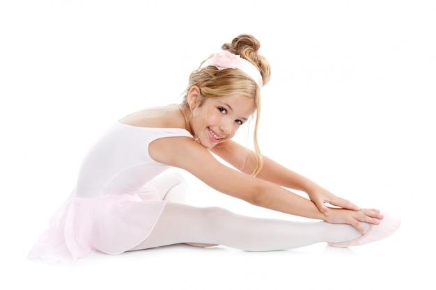 Kleiner ballettkindertänzer der ballerina, der das sitzen ausdehnt