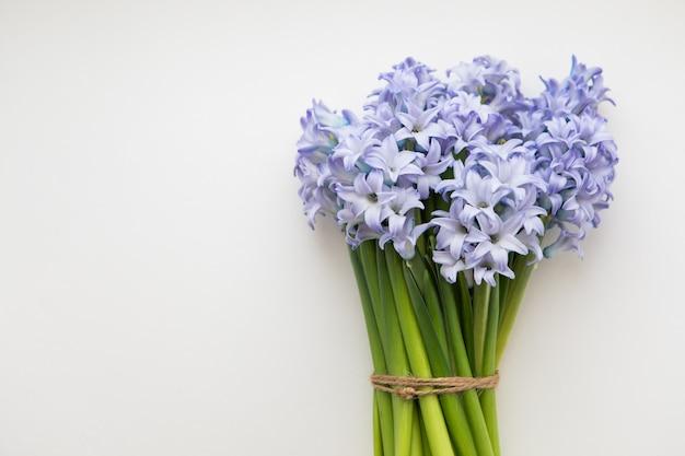 Kleiner blumenstrauß von blauen frühlingsblumen hyazinthen eingewickelt