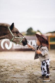Kleiner cowboy auf der ranch