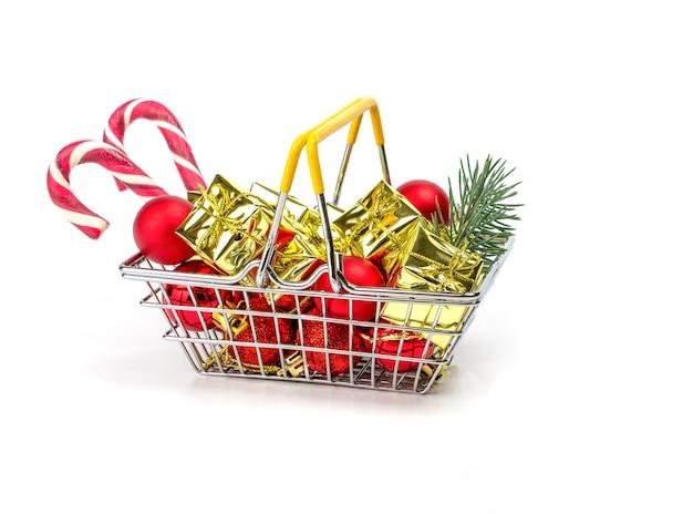 Kleiner einkaufskorb gefüllt mit weihnachtsgeschenken lokalisiert