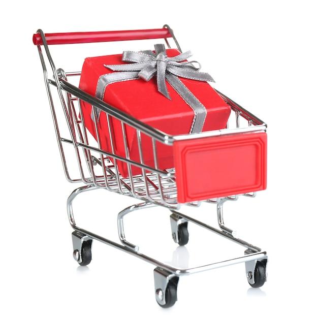 Kleiner einkaufswagen mit geschenkbox isoliert auf weiß