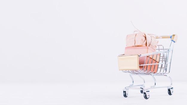 Kleiner einkaufswagen mit geschenkbox