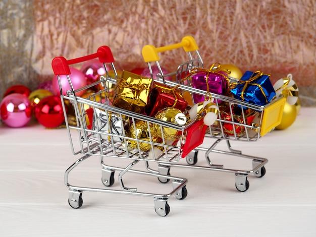 Kleiner einkaufswagen mit geschenken