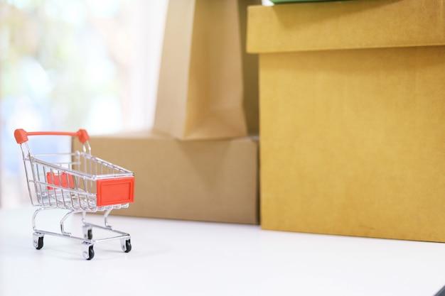 Kleiner einkaufswagen neben kisten
