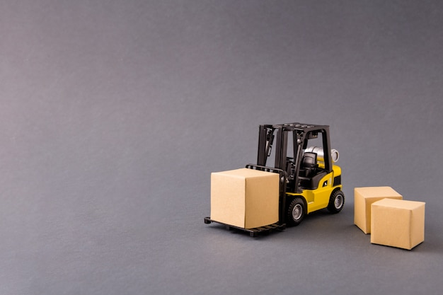 Kleiner fahrzeuglader, der sachen kauft, versand