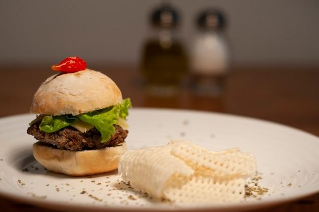 Kleiner feinschmeckerhamburger mit sojabohnenchips - kartoffel