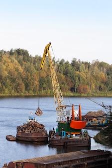 Kleiner flusshafen, in dessen gebiet das holz leer ist. sommerlandschaft