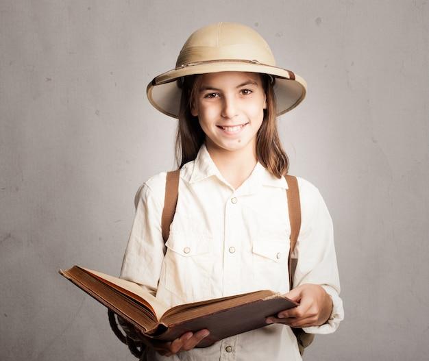 Kleiner forscher, der ein buch liest