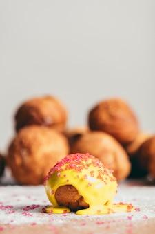 Kleiner gelber donut, der auf den küchentisch legt