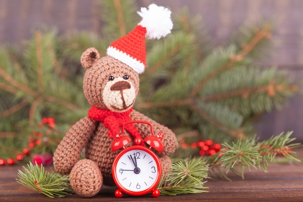 Kleiner gestrickter bär, ein neujahrsgeschenk, ein symbol des jahres. weihnachtsdekoration.