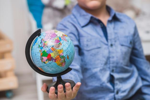 Kleiner globus in der hand
