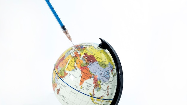 Kleiner globus mit spritze
