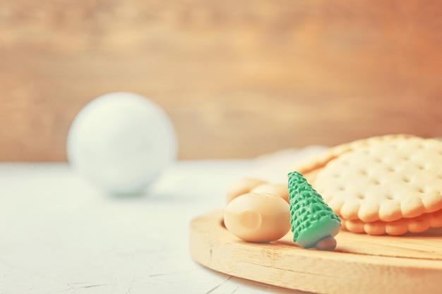 Kleiner grüner weihnachtsbaum aus plastilin-schokoladenbonbons das konzept von weihnachten und dem neuen