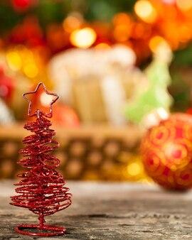 Kleiner handgemachter weihnachtsbaum gegen lichter unscharfer hintergrund