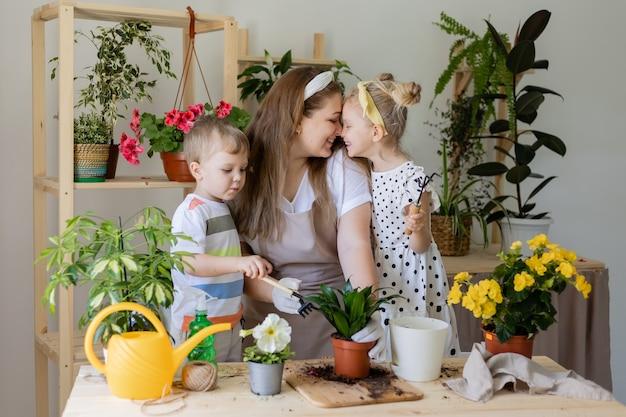 Kleiner helfer durch hausarbeit konzept der frühlingszeit hausgartenarbeit kinderhaushilfe fürsorgliche zimmerpflanze