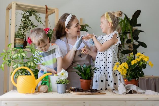 Kleiner helfer durch hausarbeit konzept des frühlings-hausgartenarbeitskind-haushaltslebensstils