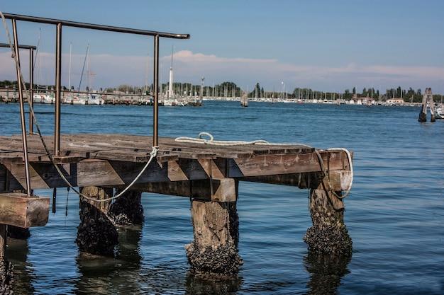 Kleiner holzliegeplatz für mittlere und kleine boote an der lagune von venedig.