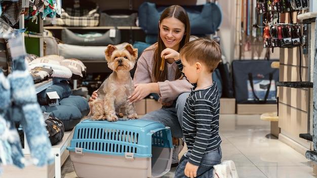 Kleiner hund in der tierhandlung mit besitzer
