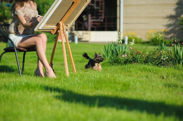 Kleiner hund und maler