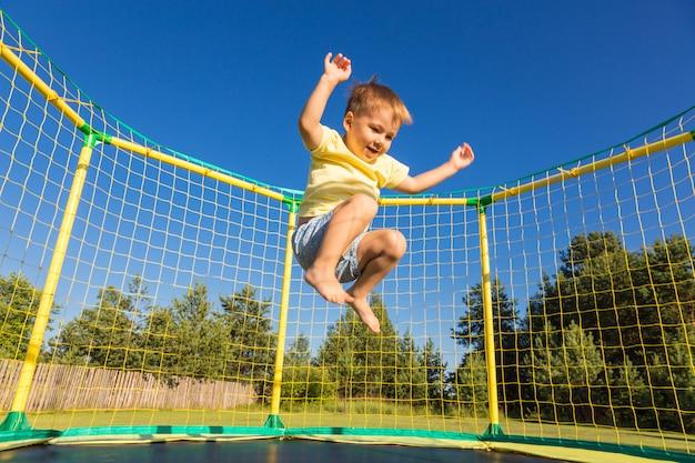 Kleiner junge auf einem trampolin