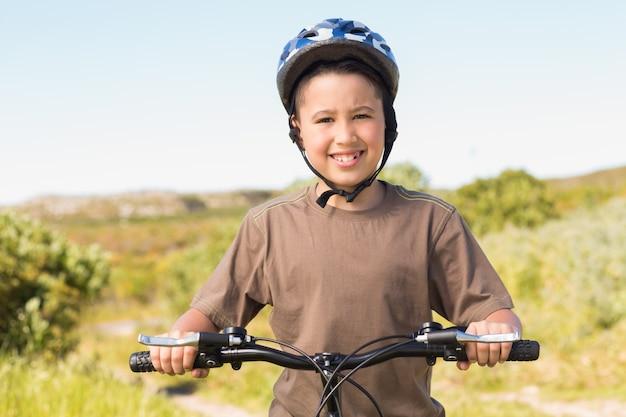 Kleiner junge auf einer fahrradfahrt