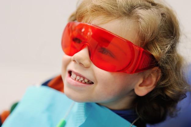 Kleiner junge bei einem empfang beim zahnarzt
