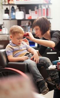 Kleiner junge beim friseur