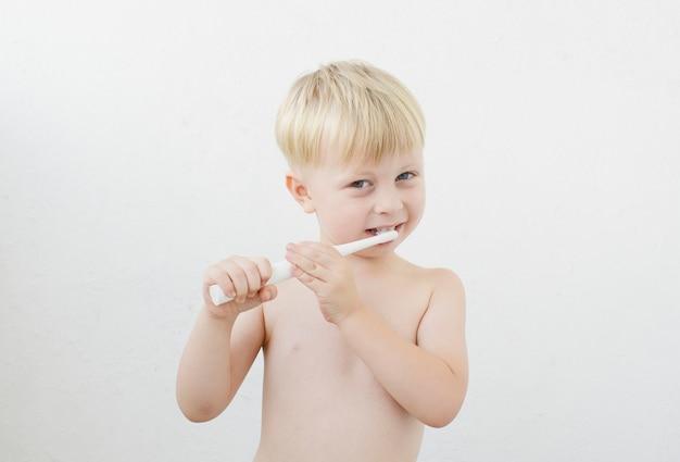 Kleiner junge beim zähneputzen