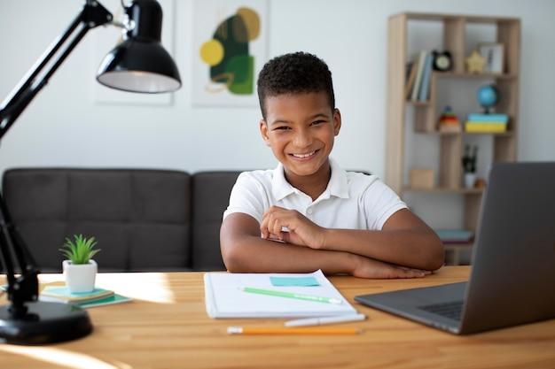 Kleiner junge, der an einem online-kurs teilnimmt
