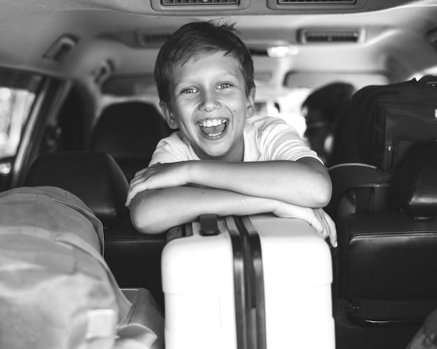 Kleiner junge, der an einen feiertag mit dem auto geht