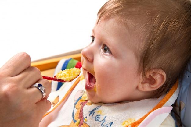 Kleiner junge, der baby isst