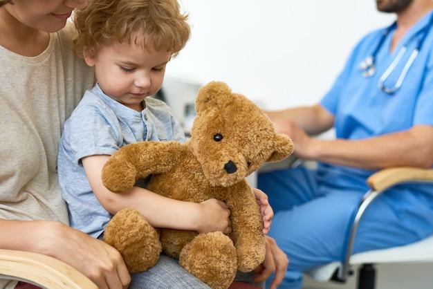 Kleiner junge, der doktor besucht