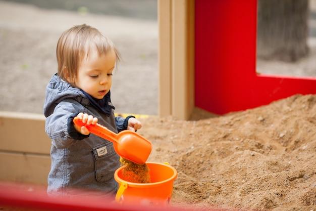 Kleiner junge, der draußen spielt