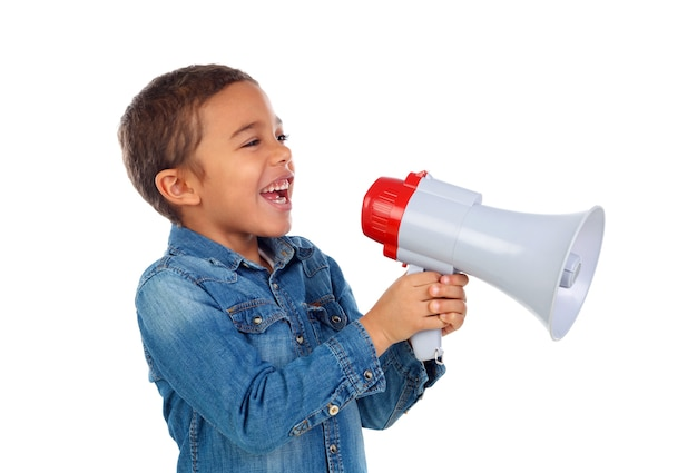 Kleiner junge, der durch ein megaphon schreit