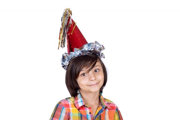 Kleiner junge, der einen partyhut trägt.