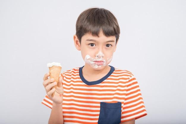 Kleiner junge, der eis isst