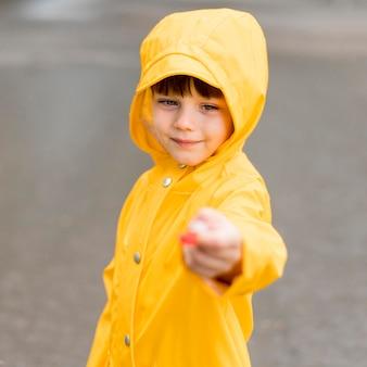 Kleiner junge, der etwas unscharfes in der hand hält