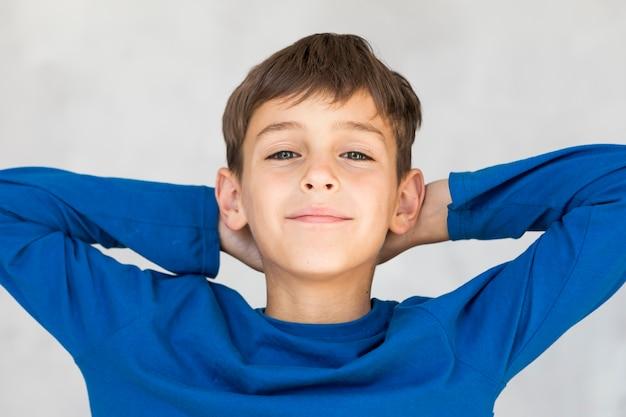 Kleiner junge, der etwas zeit erhält sich zu entspannen