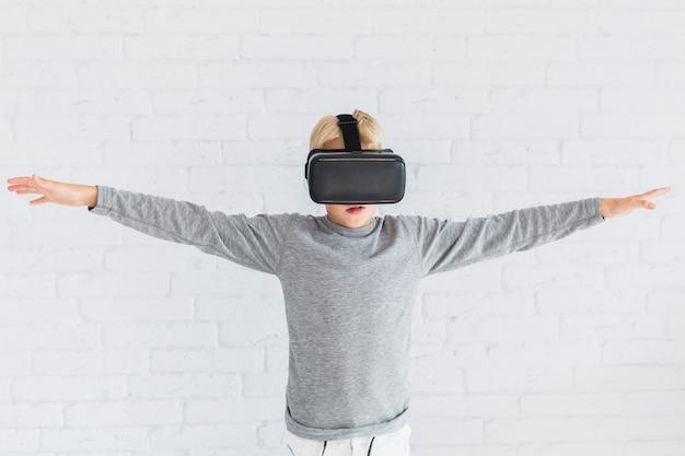Kleiner junge, der gläser der virtuellen realität verwendet