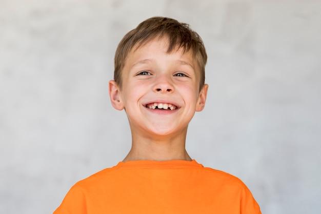 Kleiner junge, der glück ausdrückt