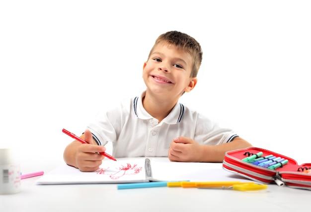 Kleiner junge, der glücklich zeichnet